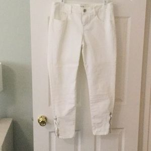 Skinny white jeans with zipper at ankle
